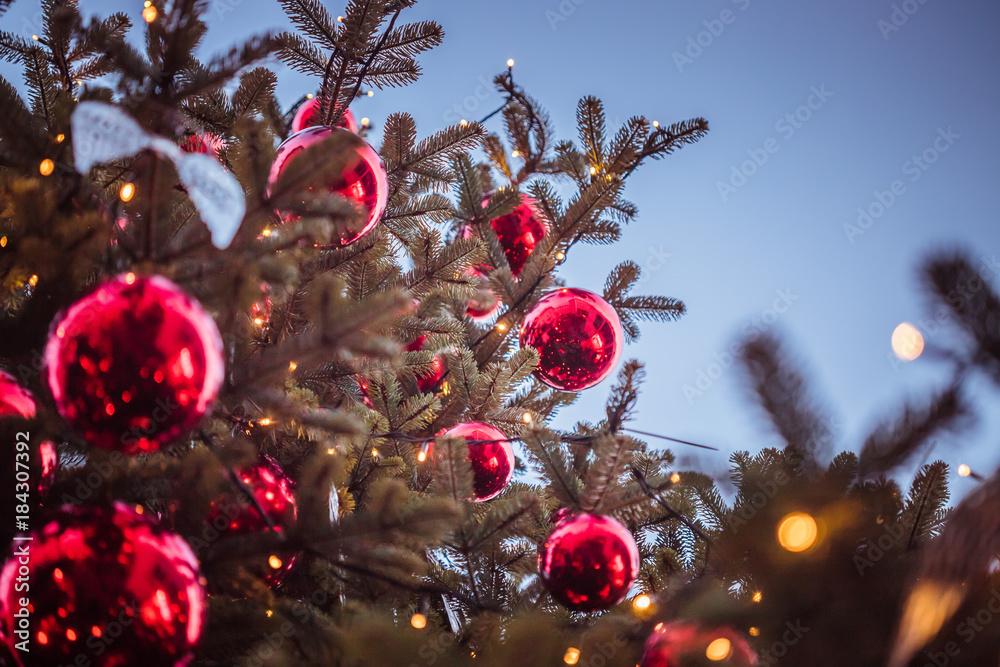 Rote Christbaumkugeln.Rote Christbaumkugeln Auf Christbaum Weihnachtsbaum