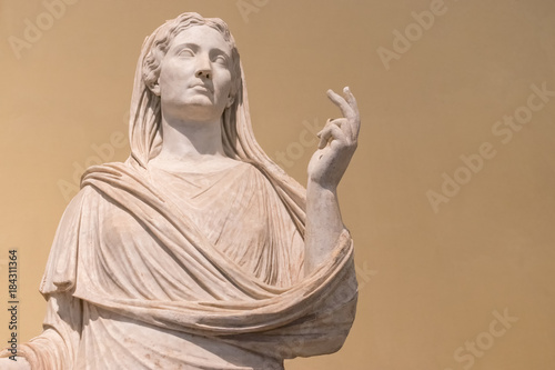 Foto Ancient Roman marble statue of a woman