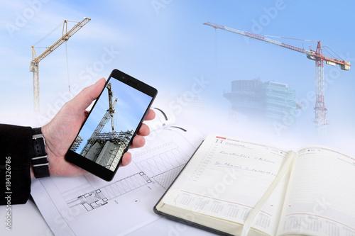 Fototapeta Architekt z telefonem i planem budowy apartamentowca. obraz