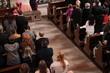canvas print picture - Gläubige Menschen in der Kirche bei Hochzeit