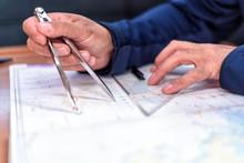 Navigation Mit Der Seekarte Auf Einer Segelyacht