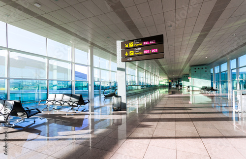 Poster de jardin Aeroport A view of empty hall of hte modern airport