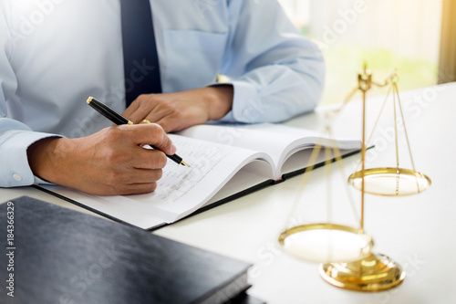 Foto  gavel and soundblock of justice law and lawyer working on wooden desk background
