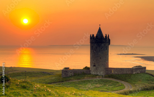 Photo Doonegore castle at sunset in Doolin, Ireland