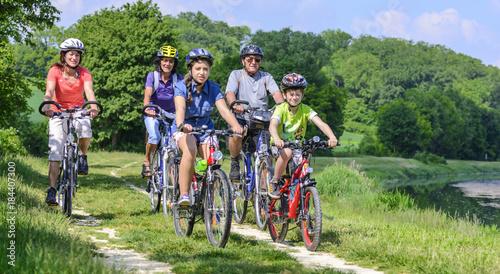 Poster de jardin Cyclisme raus ins Grüne zum Radeln