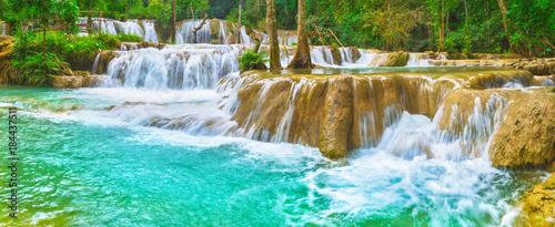 In de dag Groene koraal Tat Sae Waterfalls. Beautiful landscape, Laos. Panorama