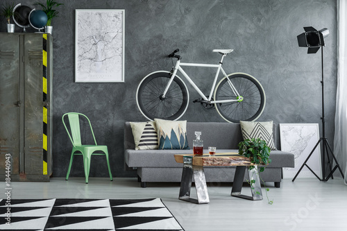 Photo Guy living room with bicycle