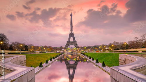 Poster Tour Eiffel Eiffel Tower at sunrise from Trocadero Fountains in Paris