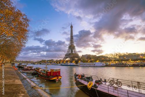 Folia na okno łazienkowe Wieża Eiffla i Sekwany o zmierzchu w Paryżu