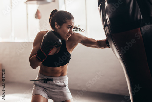 Photo Woman training boxing at gym