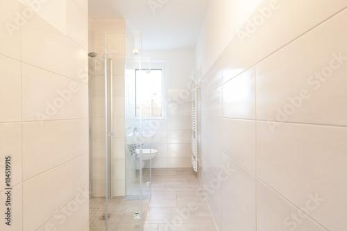 modernes kleines Bad, barrierefrei – kaufen Sie dieses Foto und ...
