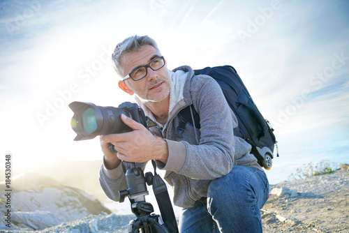 Photo Portrait of photographer taking pictures in natural landscape