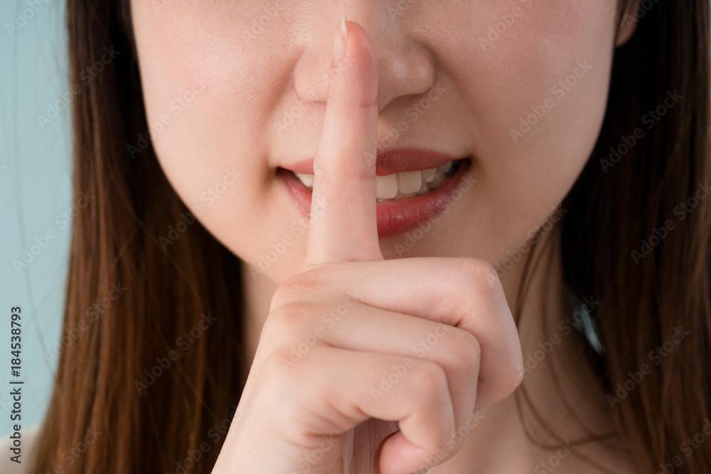 Fototapeta 指を口に当てる女性、内緒、秘密
