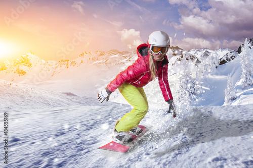 obraz lub plakat Snowboardfahrerin gleitet durch den Pulverschnee in den Dolomiten