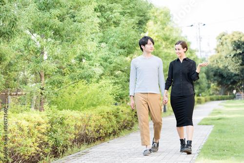 Fotografía 手を繋いで散歩をする国際カップル(欧米人とアジア人)
