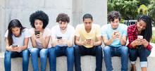 Grosse Gruppe Jugendlicher Spielt Mit Handy