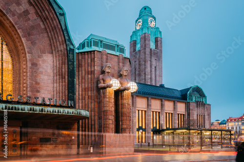 Foto op Plexiglas Treinstation Helsinki, Finland. Night View Of Statues On Entrance To Helsinki
