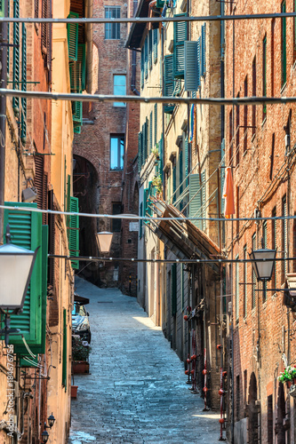 Foto op Canvas Smal steegje Gasse in Siena