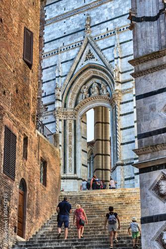 Poster Smal steegje Treppe zum Piazza Duomo in Siena