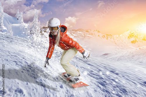Poster Wintersporten Snowboardfahrerin gleitet durch den Pulverschnee