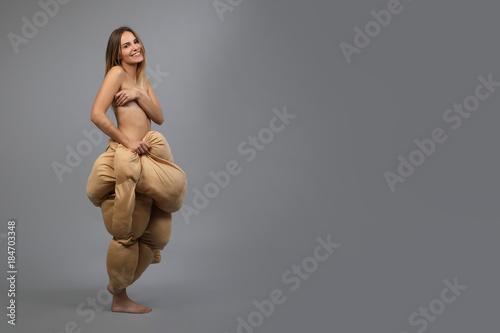 Photo Hübsche Frau mit Fatsuit lacht