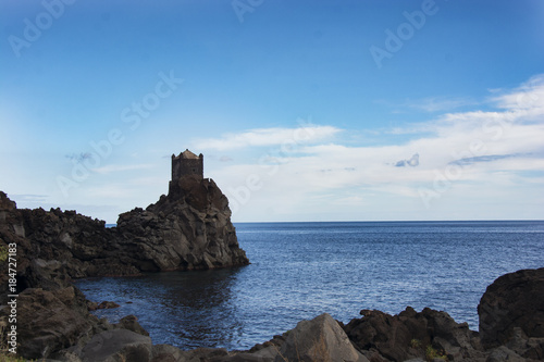 Photo ancient watchtower in lava stone in Sicily