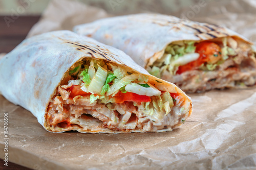Valokuva Roll with chicken and vegetables. Shawarma. Fast food.