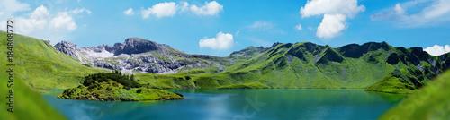 Foto auf AluDibond Blau Grüne Landschaft Berge See Insel