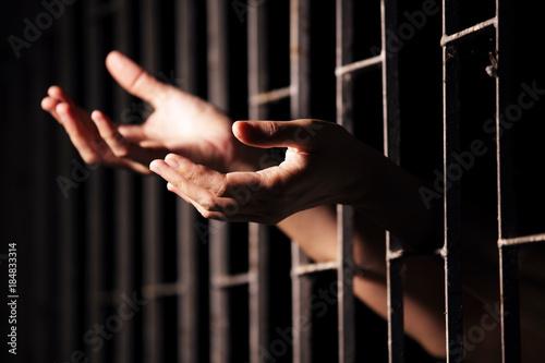 Fotografering hands of prisoner in jail.