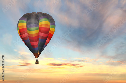 Photo Colorful Hot Air Balloon Ascending at Sunrise