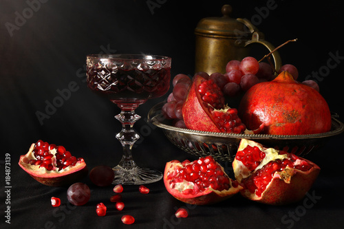 Fotografía Still life with pomegranates, grapes and a glass of wine