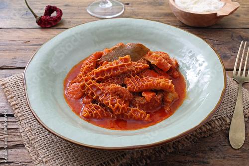 cibo Italiano trippa in salsa di pomodoro su tavolo di cucina ...