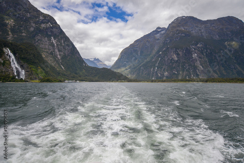 Fotografía  Stern of boat in Milford Sound New Zealand