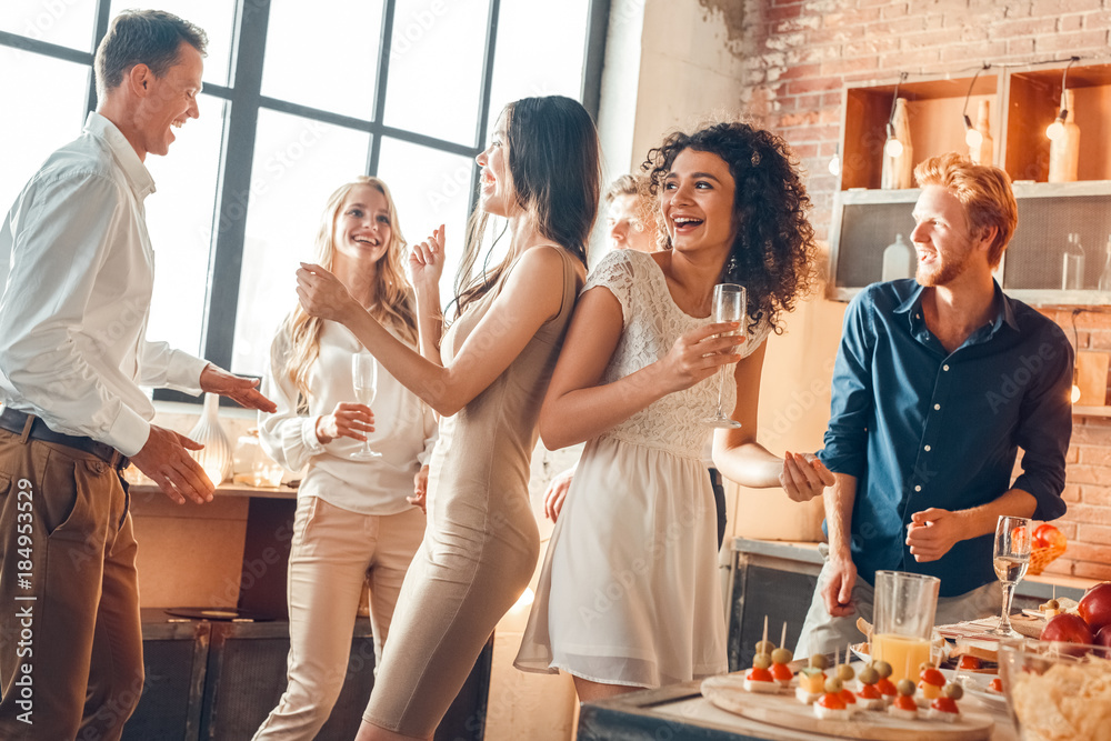 Fototapety, obrazy: Group of friends party together indoors celebration