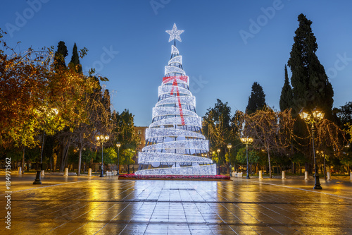 Poster Mediterraans Europa Lit Christmas tree in Syntagma square in Athens, Greece.