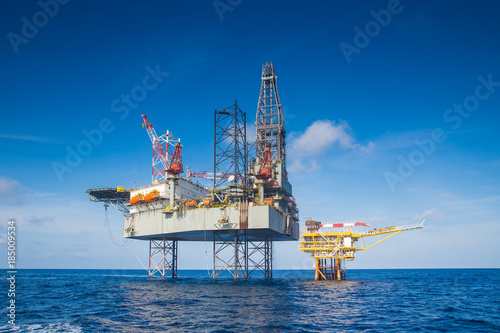 Staande foto Industrial geb. Offshore oil and gas drilling rig in the gulf of Thailand while completion gas and crude oil reservoir at wellhead remote platform.