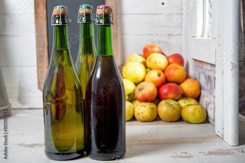 Fotografía bottles of cider and apples of normandy