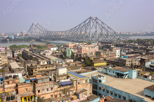 Photo  Howrah bridge - The historic cantilever bridge on the river Hooghly during the day in Kolkata, India