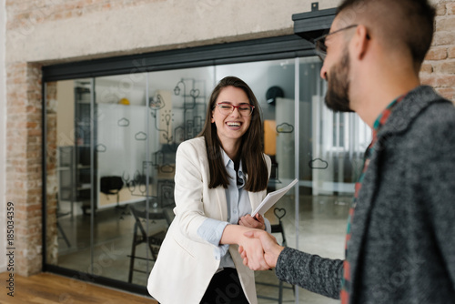 Fotografia Handshaking and smiling candidly at a job interview