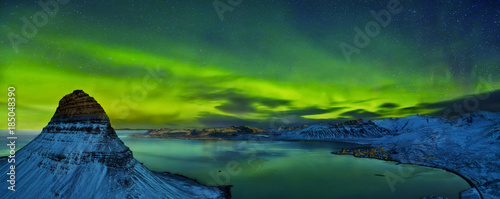 Photo  Aerial view of Kirkjufell mountain with beautiful aurora borealis in winter, Iceland