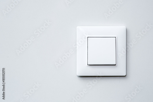 Pinturas sobre lienzo  a light switch on gray wall.