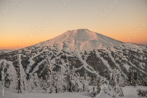 The snow covered Cascade Mountains and frozen trees at sunrise in winter фототапет