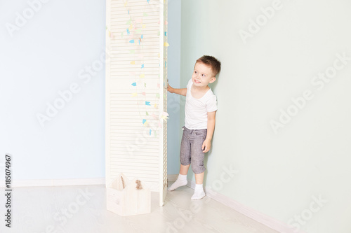 Fényképezés  happy kid behind door