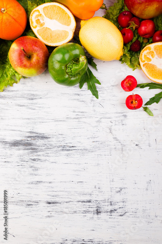 In de dag Verse groenten Fruits and vegetables frame. Copy space. Vegan. Clear food.