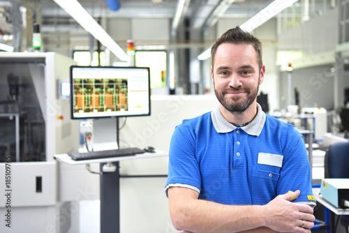Fotografie, Obraz  Portrait Arbeiter in der Elektronikfertigung in einer Industriefabrik // Portrai