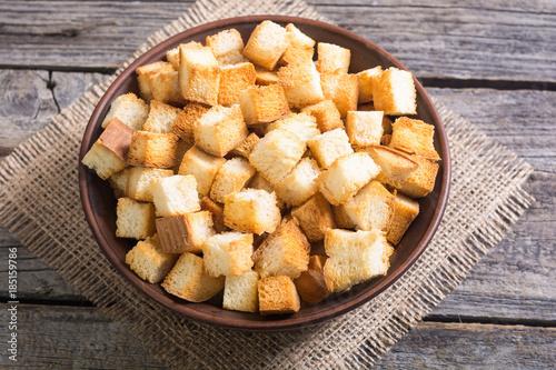 Cuadros en Lienzo Crispy croutons in bowl