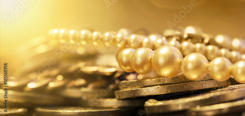 Fotografía  Pearls and gold coins - web banner of wealth, luxury concept