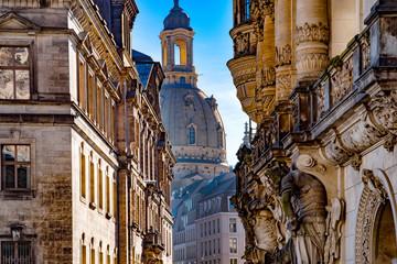 Frauenkirche und Wandskulptur vom Georgentor in Dresden,Sachsen, Deutschland