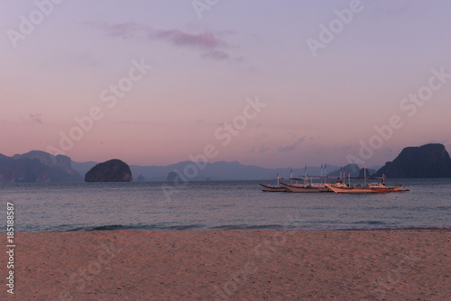 Spoed Foto op Canvas Zee zonsondergang Typical philippines bankas on sea water at sunset