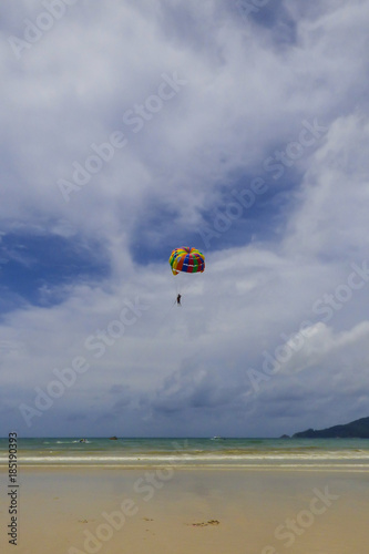 Spoed Fotobehang Luchtsport Person parasailing at Patong beach, popular beach in Phuket, Thailand